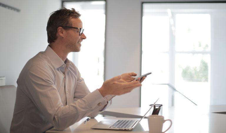 CIO som tittar på telefonen