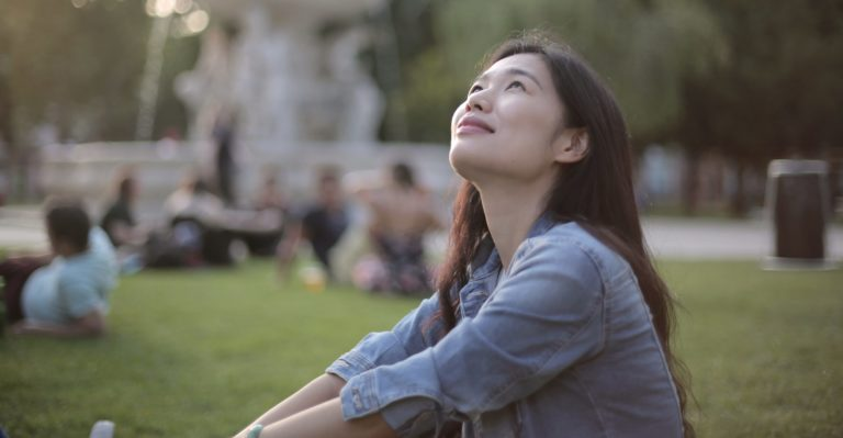 ERP-specialist som tittar upp mot himlen