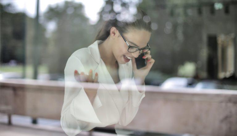 IT-projektledare som pratar i telefon