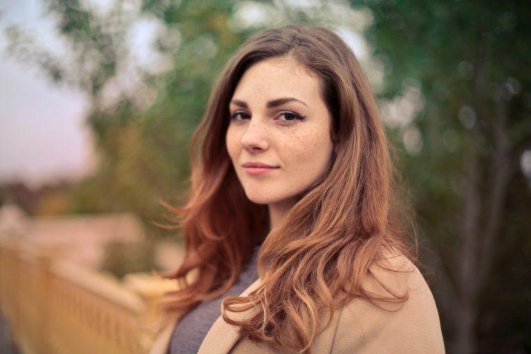 Kvinnlig .NET utvecklare som tittar mot kameran